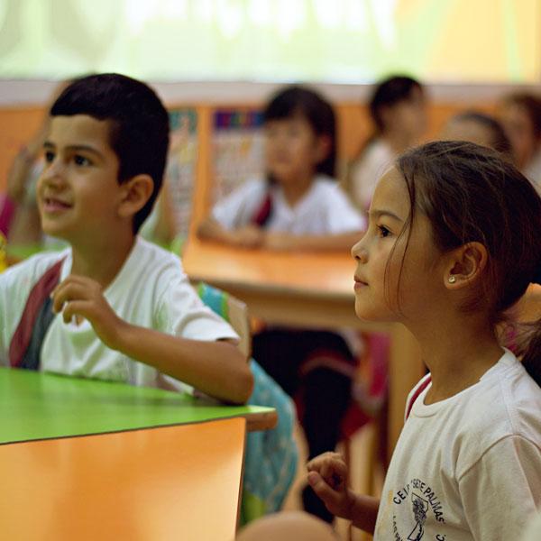 Primaria niños en clase inglés